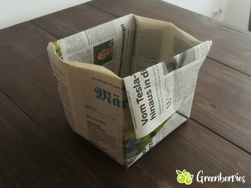 Rechteckige Muelltuete falten aus Zeitungen