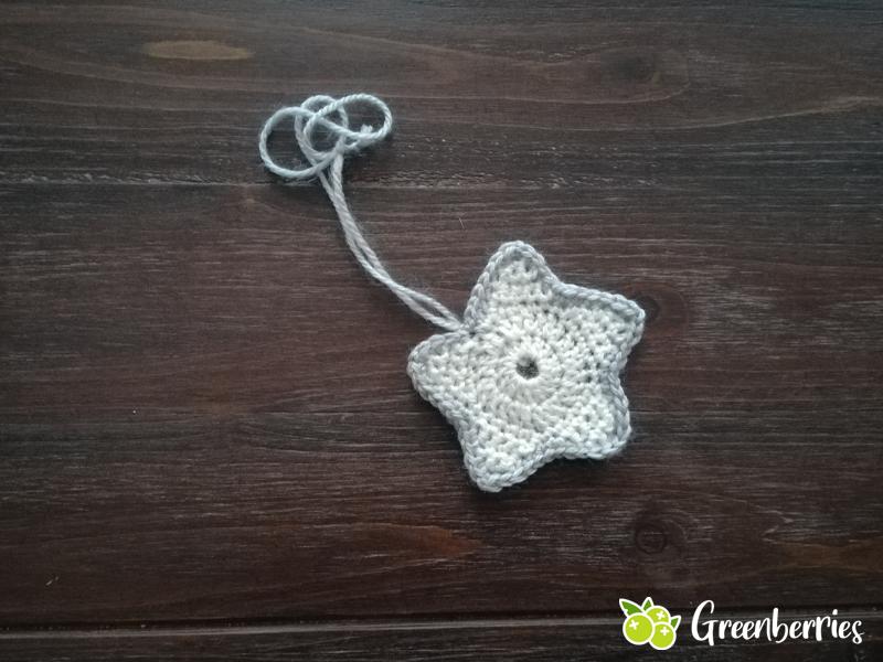 Weihnachtsdeko häkeln - Sternenanhänger